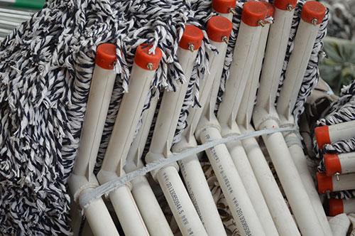 使用圆头棉布拖把让您的地板更干净